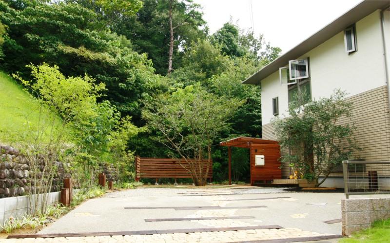 木製サイクルポートのある庭